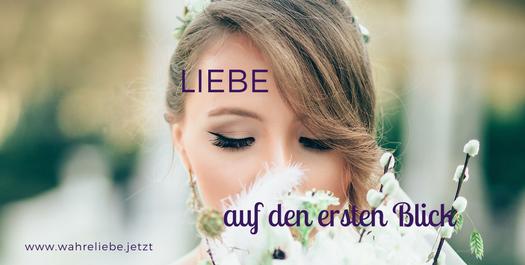 Weiß gekleidete Frau riecht an weißen Blumen