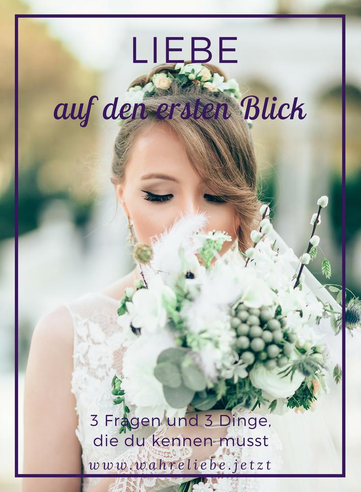 Frau in weiß riecht an weißen Blumen vor ihrem Gesicht