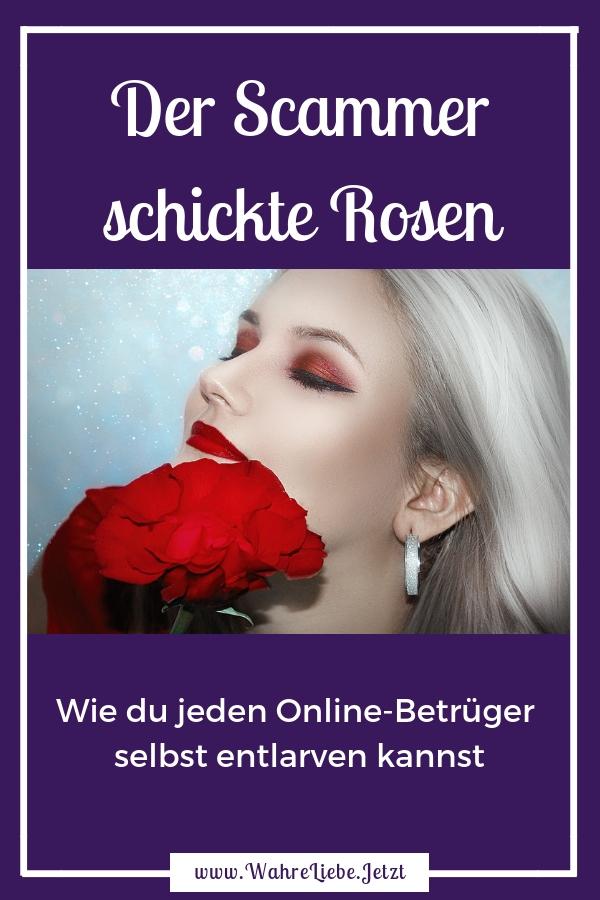 Blonde Frau riecht mit geschlossen Augen an Rosen